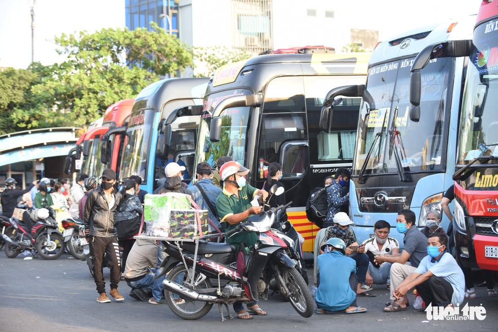 Người dân đổ về các bến xe trước giờ TP.HCM hạn chế đi lại - Ảnh 5.