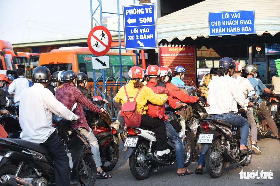 Người dân đổ về các bến xe trước giờ TP.HCM hạn chế đi lại - Ảnh 9.