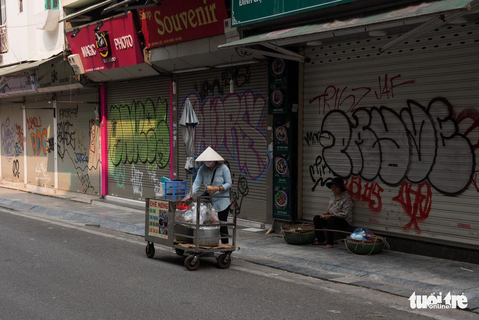 Hà Nội trước giờ đóng cửa các cơ sở kinh doanh để chống dịch COVID-19 - Ảnh 11.