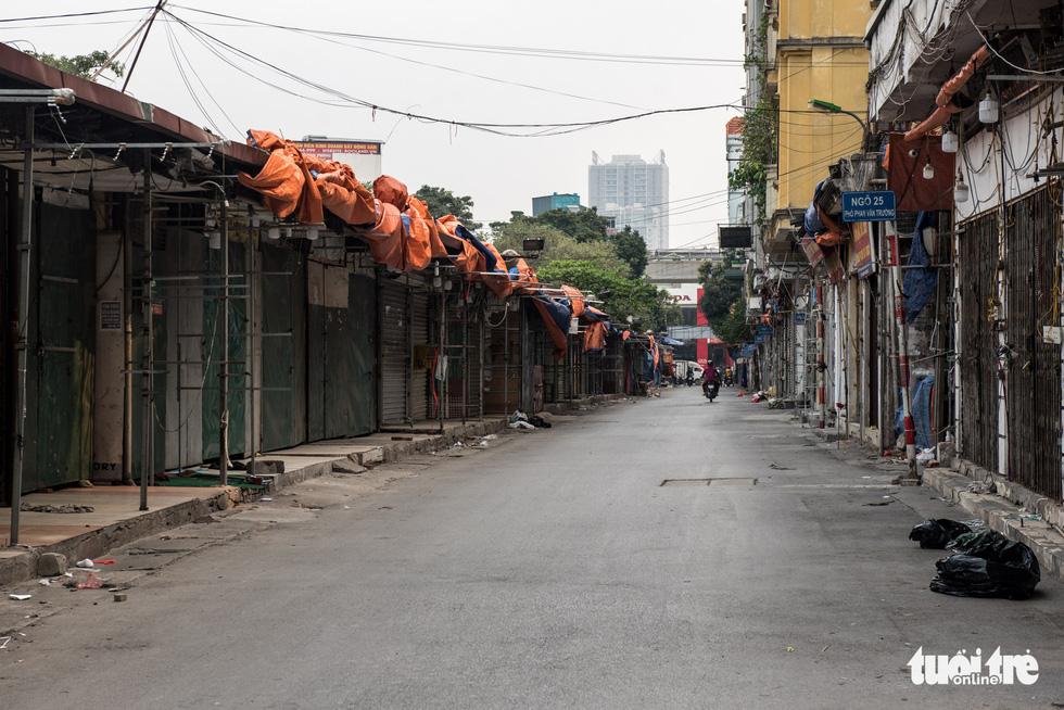 Hà Nội trước giờ đóng cửa các cơ sở kinh doanh để chống dịch COVID-19 - Ảnh 12.