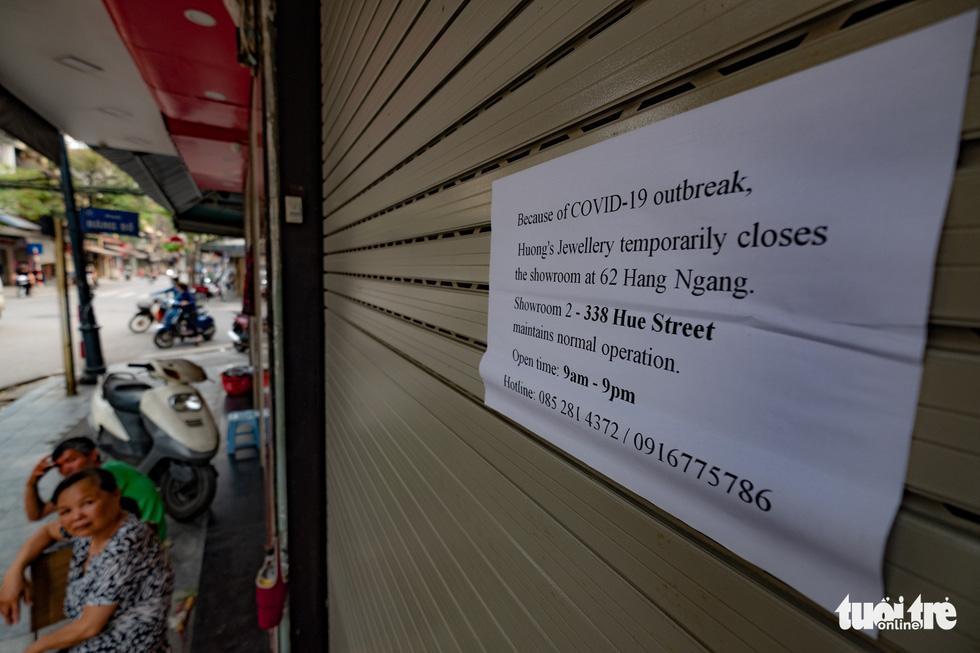 Hà Nội trước giờ đóng cửa các cơ sở kinh doanh để chống dịch COVID-19 - Ảnh 4.