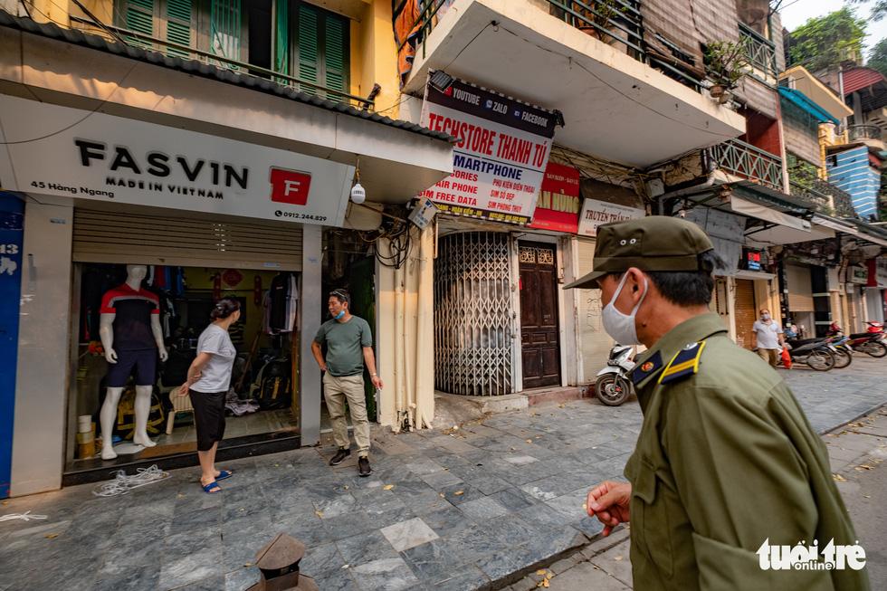Hà Nội trước giờ đóng cửa các cơ sở kinh doanh để chống dịch COVID-19 - Ảnh 5.