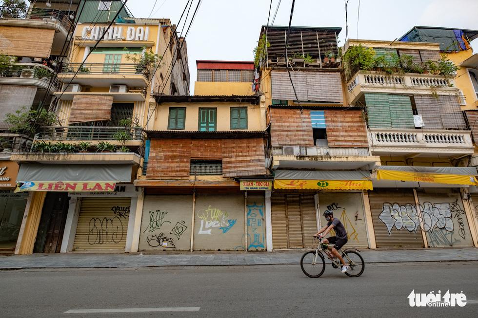 Hà Nội trước giờ đóng cửa các cơ sở kinh doanh để chống dịch COVID-19 - Ảnh 3.