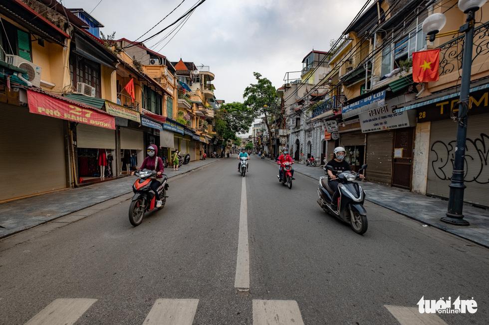 Hà Nội trước giờ đóng cửa các cơ sở kinh doanh để chống dịch COVID-19 - Ảnh 13.