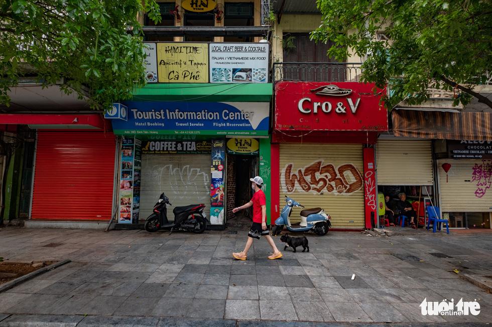 Hà Nội trước giờ đóng cửa các cơ sở kinh doanh để chống dịch COVID-19 - Ảnh 2.