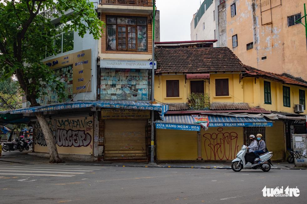 Hà Nội trước giờ đóng cửa các cơ sở kinh doanh để chống dịch COVID-19 - Ảnh 10.
