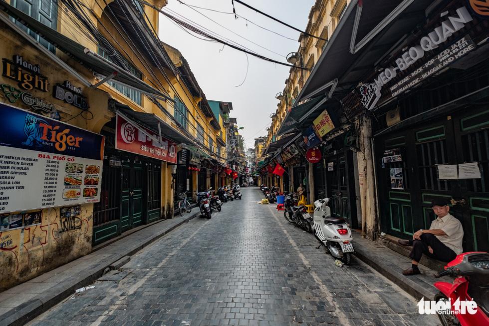 Hà Nội trước giờ đóng cửa các cơ sở kinh doanh để chống dịch COVID-19 - Ảnh 8.