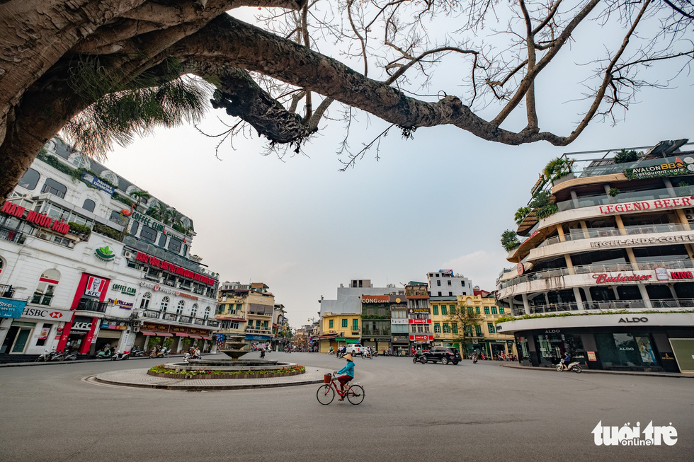 Hà Nội trước giờ đóng cửa các cơ sở kinh doanh để chống dịch COVID-19 - Ảnh 1.