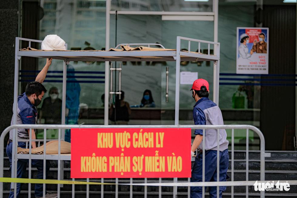 Cách ly, phun khử trùng chung cư 400 hộ có người nhiễm COVID-19 ở Hà Nội - Ảnh 4.