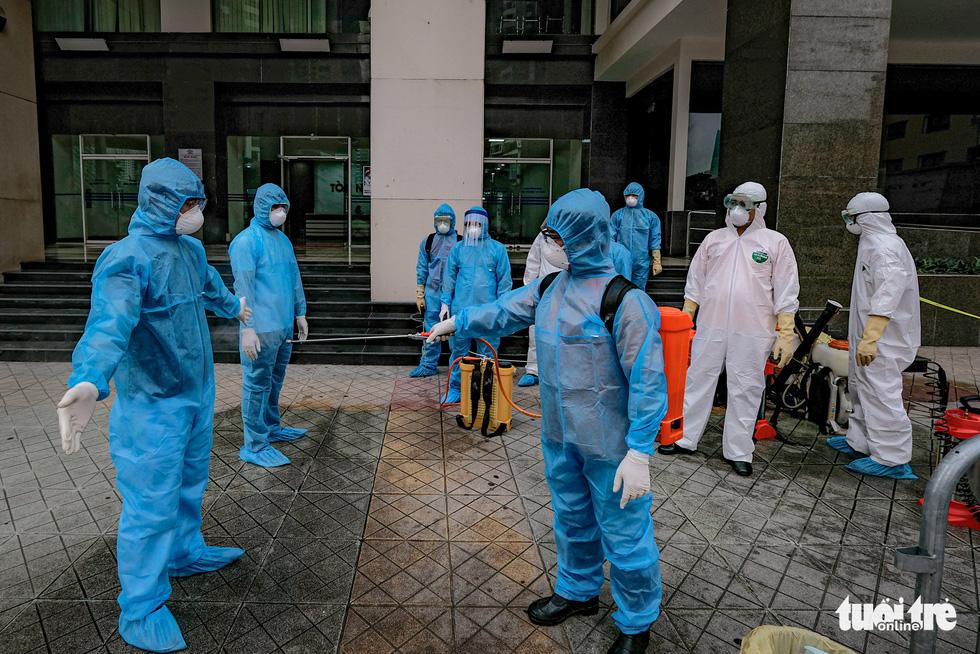Cách ly, phun khử trùng chung cư 400 hộ có người nhiễm COVID-19 ở Hà Nội - Ảnh 6.
