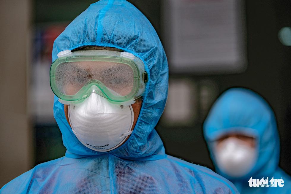 Cách ly, phun khử trùng chung cư 400 hộ có người nhiễm COVID-19 ở Hà Nội - Ảnh 7.