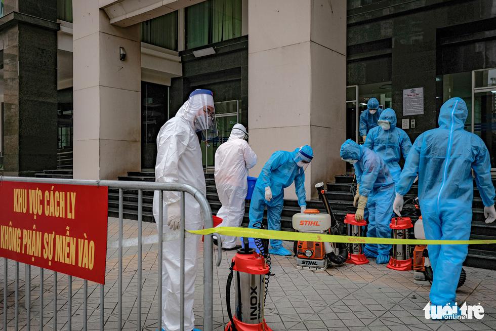 Cách ly, phun khử trùng chung cư 400 hộ có người nhiễm COVID-19 ở Hà Nội - Ảnh 2.
