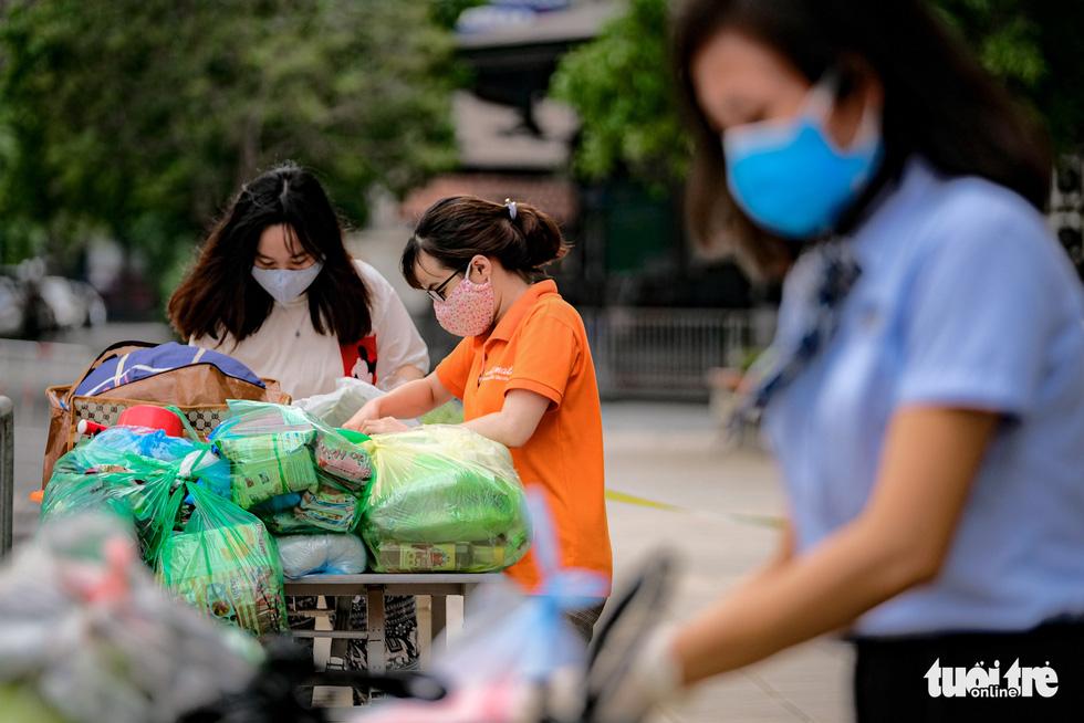Cách ly, phun khử trùng chung cư 400 hộ có người nhiễm COVID-19 ở Hà Nội - Ảnh 3.
