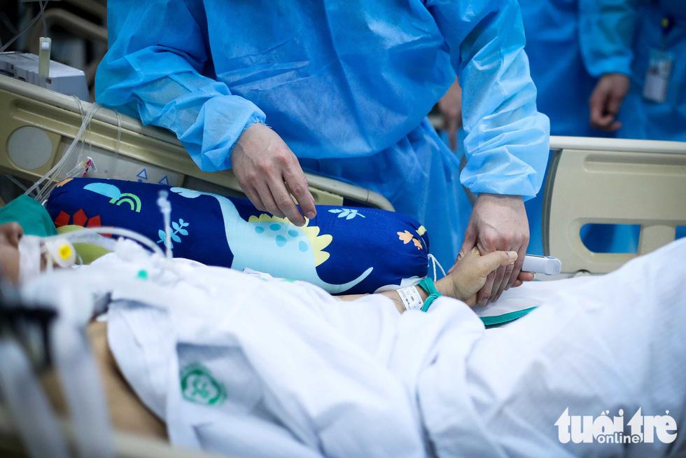 Bạch Mai trầm lắng giữa cách ly, bác sĩ vẫn tận tâm chiến đấu vì bệnh nhân - Ảnh 1.