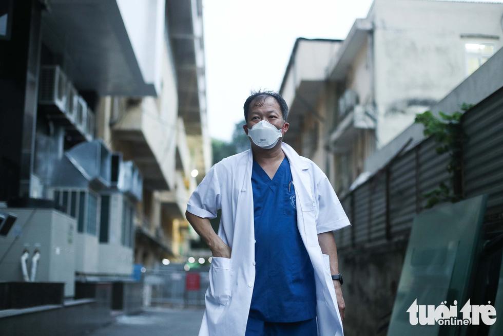 Bạch Mai trầm lắng giữa cách ly, bác sĩ vẫn tận tâm chiến đấu vì bệnh nhân - Ảnh 14.