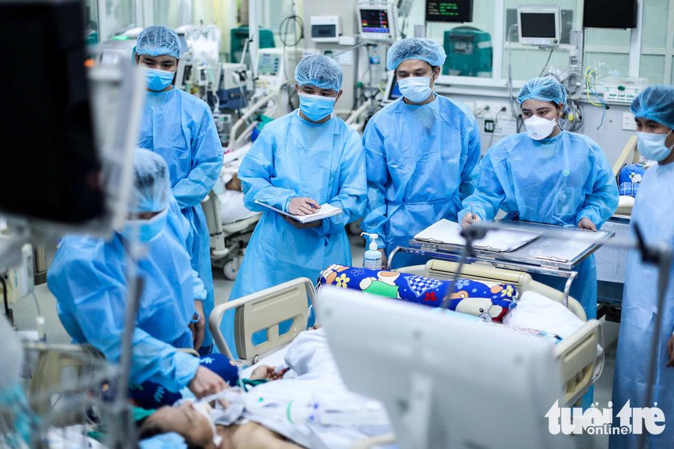 Bạch Mai trầm lắng giữa cách ly, bác sĩ vẫn tận tâm chiến đấu vì bệnh nhân - Ảnh 2.