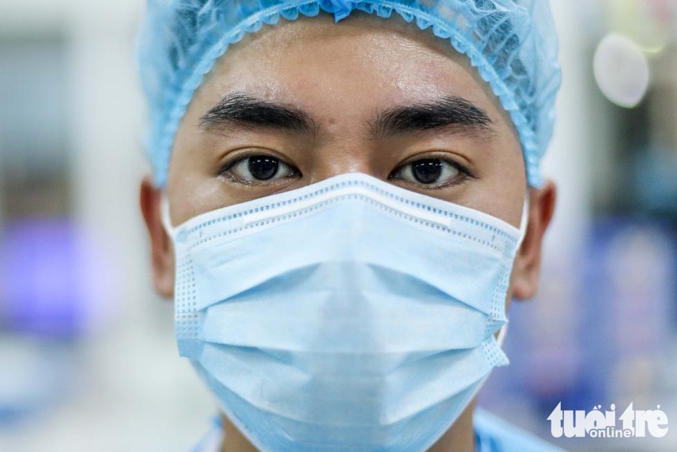 Bạch Mai trầm lắng giữa cách ly, bác sĩ vẫn tận tâm chiến đấu vì bệnh nhân - Ảnh 4.