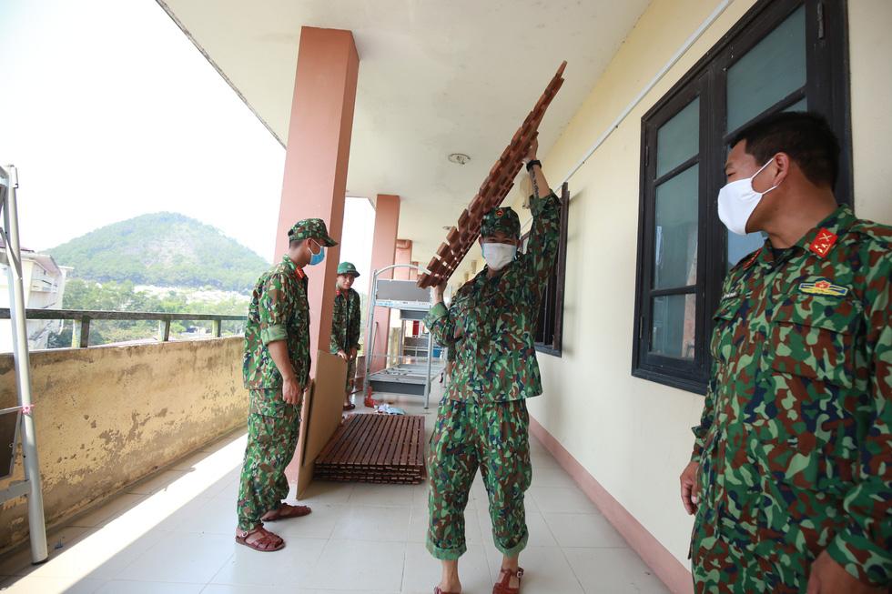Nắng gắt miền Trung, bộ đội đẫm mồ hôi dọn điểm cách ly phòng dịch COVID-19 - Ảnh 10.