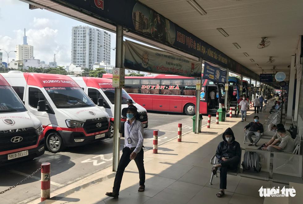 Các bến xe tại TP.HCM kiểm soát chặt khách đi lại - Ảnh 2.