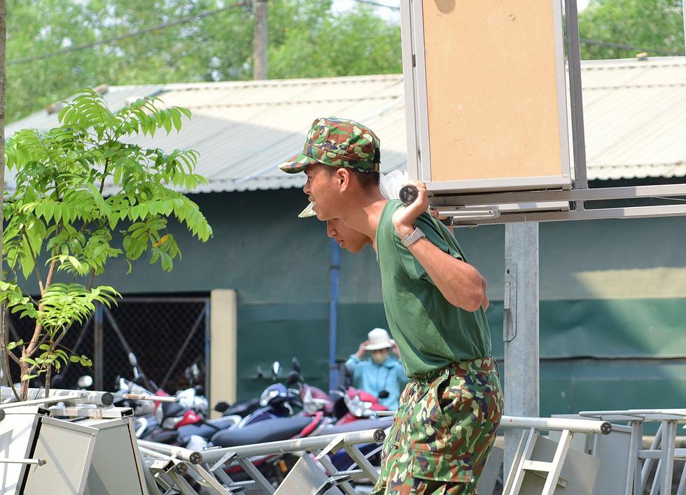 Nắng gắt miền Trung, bộ đội đẫm mồ hôi dọn điểm cách ly phòng dịch COVID-19 - Ảnh 4.