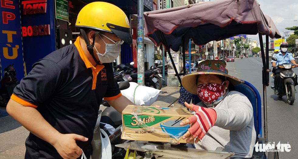 Người Sài Gòn thưa bà con bán vé số dạo: Dạ, đây là quà gởi cô, gởi dì... - Ảnh 1.