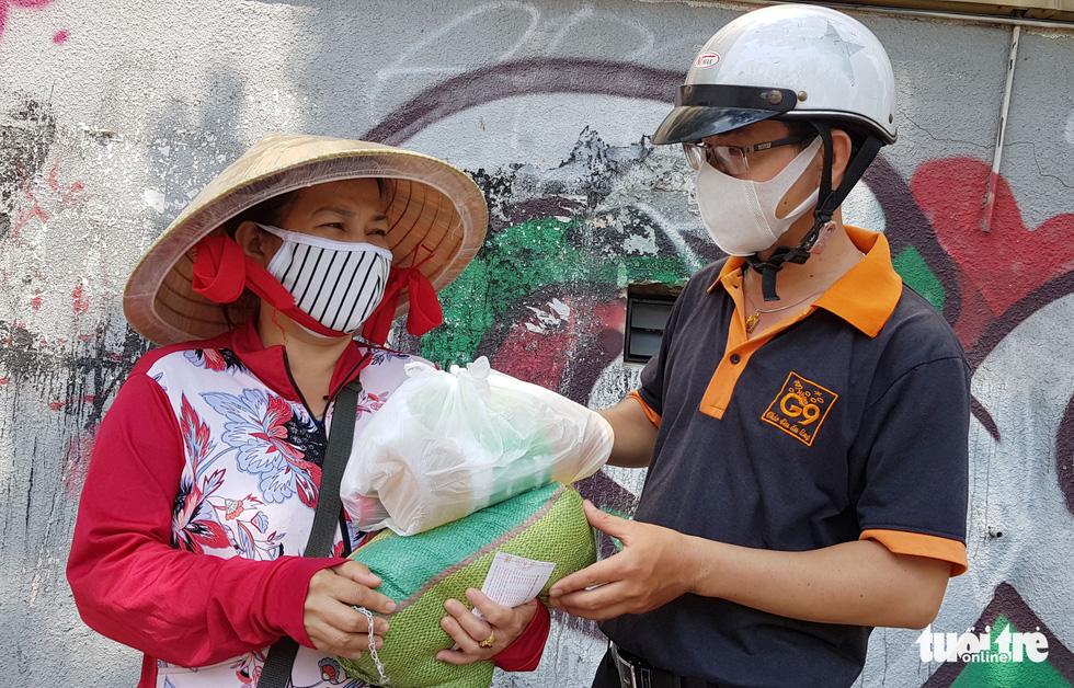 Người Sài Gòn thưa bà con bán vé số dạo: Dạ, đây là quà gởi cô, gởi dì... - Ảnh 2.