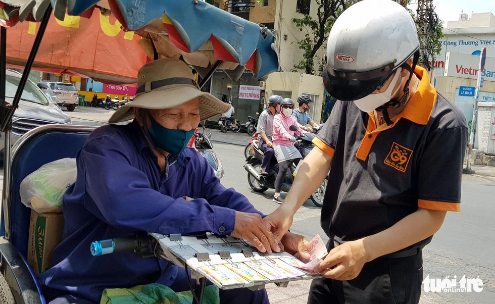 Người Sài Gòn thưa bà con bán vé số dạo: Dạ, đây là quà gởi cô, gởi dì... - Ảnh 3.
