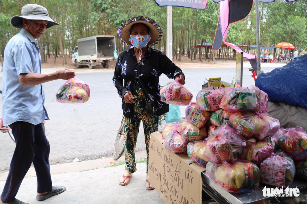 Người Sài Gòn thưa bà con bán vé số dạo: Dạ, đây là quà gởi cô, gởi dì... - Ảnh 5.