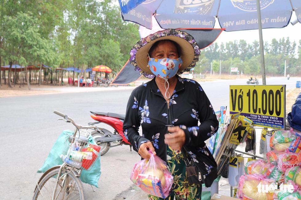 Người Sài Gòn thưa bà con bán vé số dạo: Dạ, đây là quà gởi cô, gởi dì... - Ảnh 7.