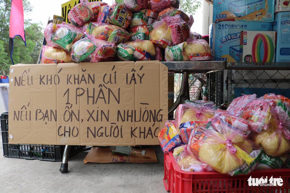 Người Sài Gòn thưa bà con bán vé số dạo: Dạ, đây là quà gởi cô, gởi dì... - Ảnh 4.