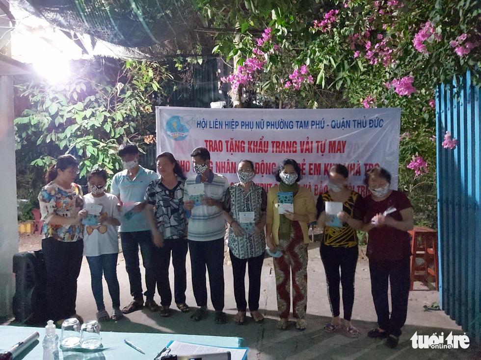 Những cô thợ may khẩu trang miễn phí phát cho công nhân, lao động nghèo ở Sài Gòn - Ảnh 8.