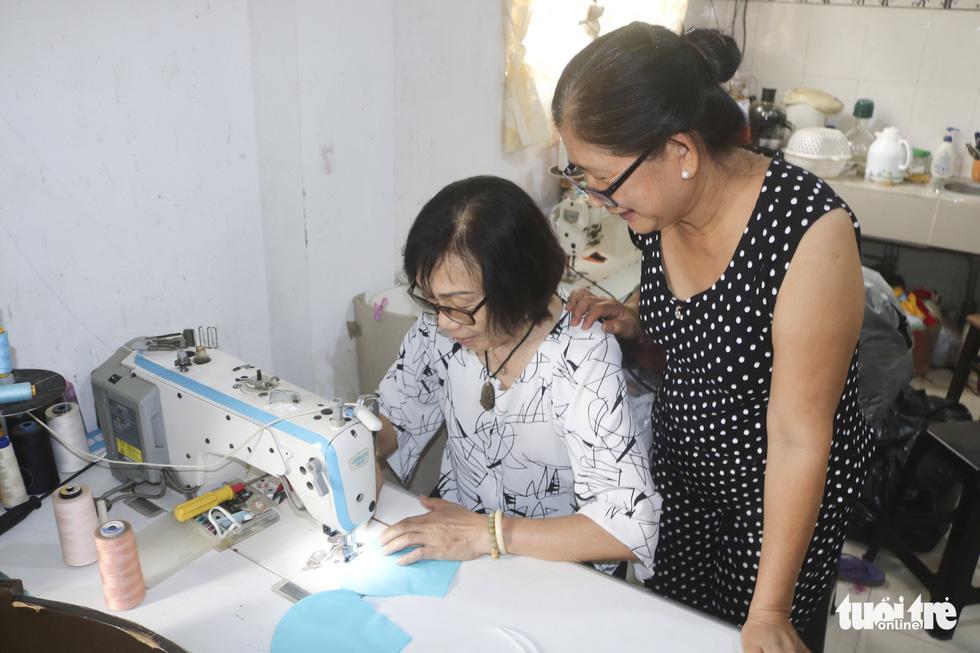 Những cô thợ may khẩu trang miễn phí phát cho công nhân, lao động nghèo ở Sài Gòn - Ảnh 2.