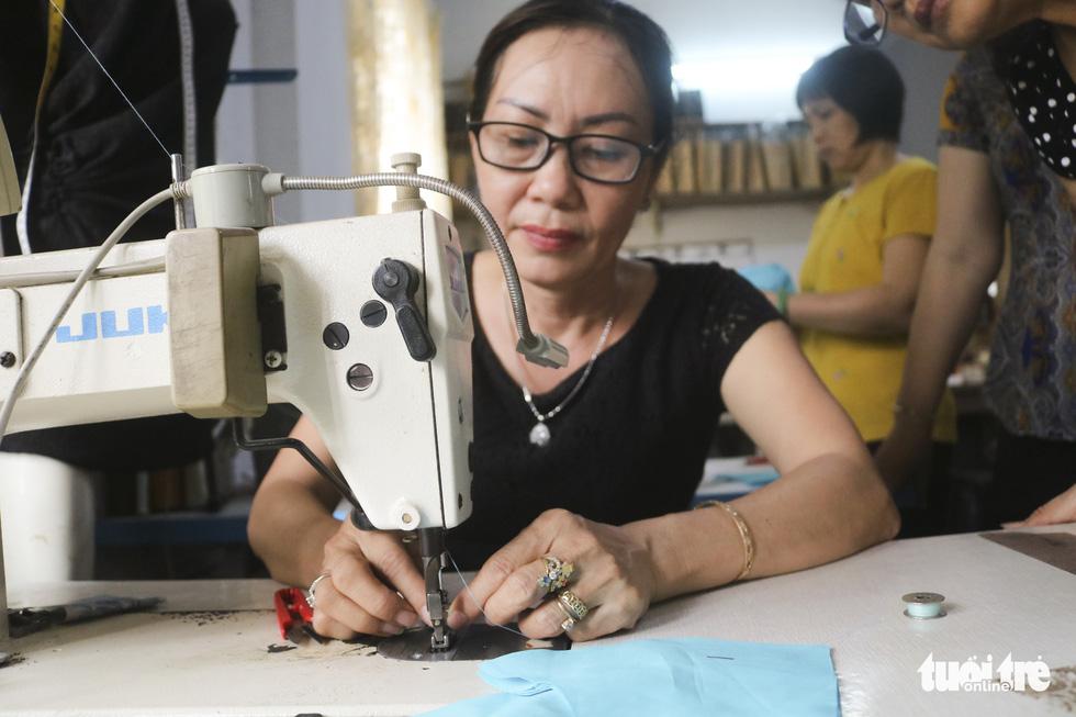 Những cô thợ may khẩu trang miễn phí phát cho công nhân, lao động nghèo ở Sài Gòn - Ảnh 3.