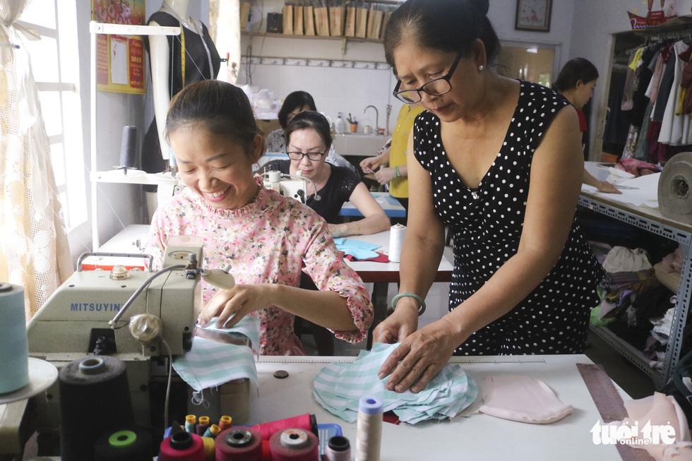 Những cô thợ may khẩu trang miễn phí phát cho công nhân, lao động nghèo ở Sài Gòn - Ảnh 1.