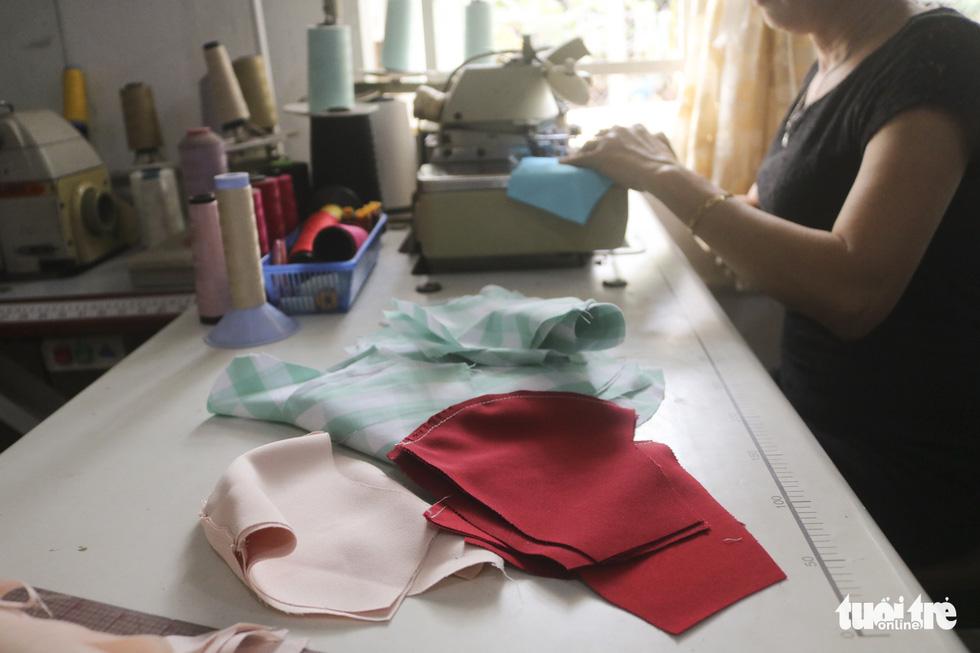 Những cô thợ may khẩu trang miễn phí phát cho công nhân, lao động nghèo ở Sài Gòn - Ảnh 5.