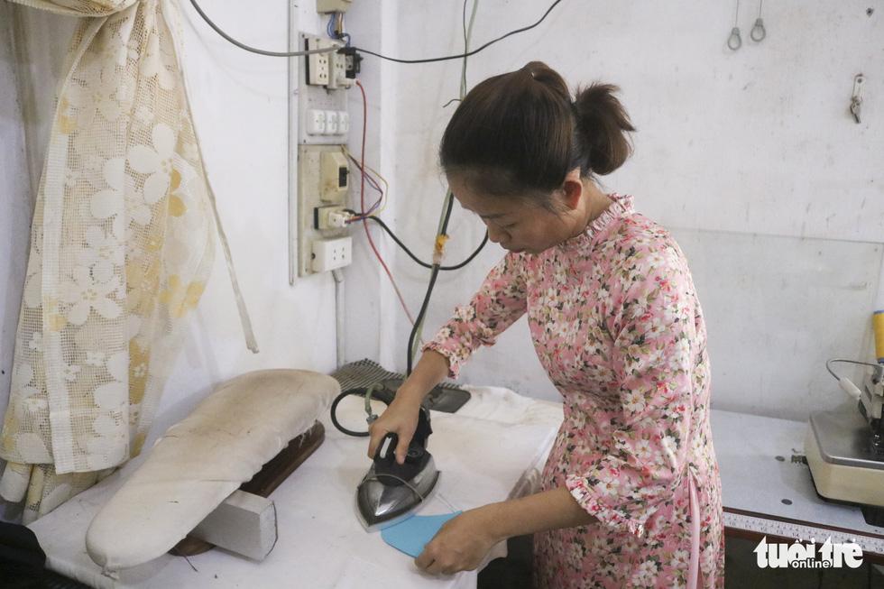 Những cô thợ may khẩu trang miễn phí phát cho công nhân, lao động nghèo ở Sài Gòn - Ảnh 4.
