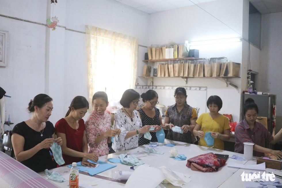 Những cô thợ may khẩu trang miễn phí phát cho công nhân, lao động nghèo ở Sài Gòn - Ảnh 6.