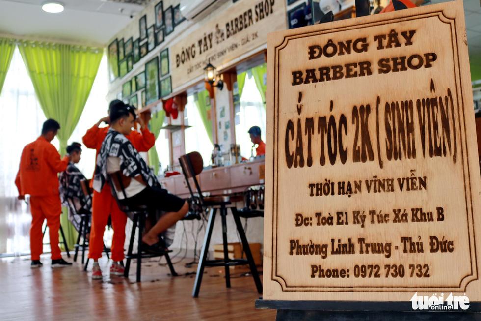 Tiệm cắt tóc giá 2.000 đồng của những anh thợ áo cam - Ảnh 5.