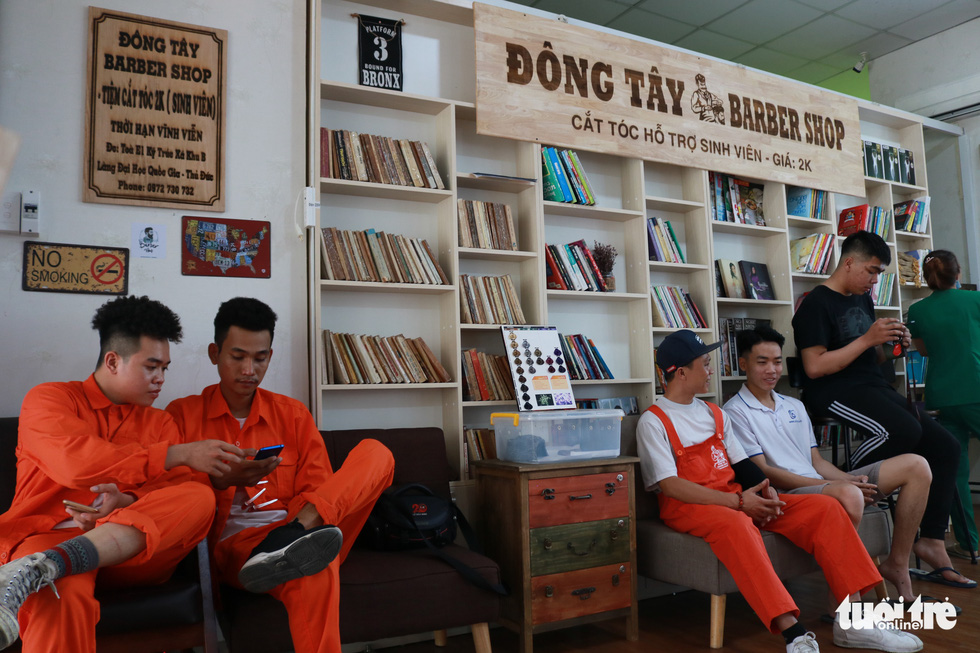 Tiệm cắt tóc giá 2.000 đồng của những anh thợ áo cam - Ảnh 4.
