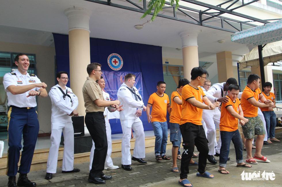 Hải quân Mỹ nhảy Gangnam style trong trung tâm dạy nghề ở Đà Nẵng - Ảnh 1.