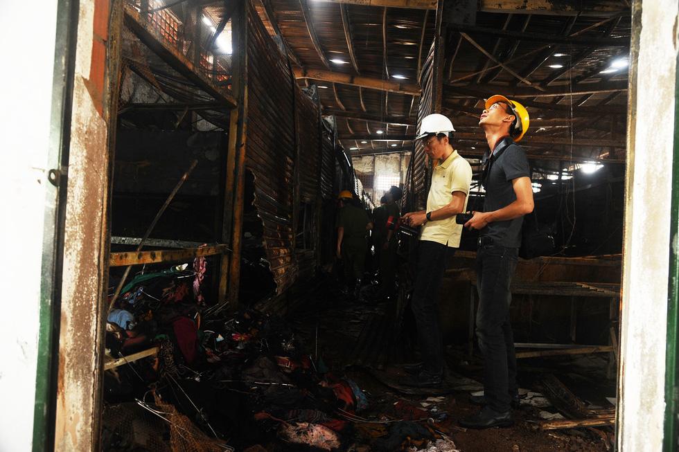 Tiểu thương ngất xỉu khi thấy hàng hóa ở kiôt của chợ cháy dữ dội - Ảnh 6.