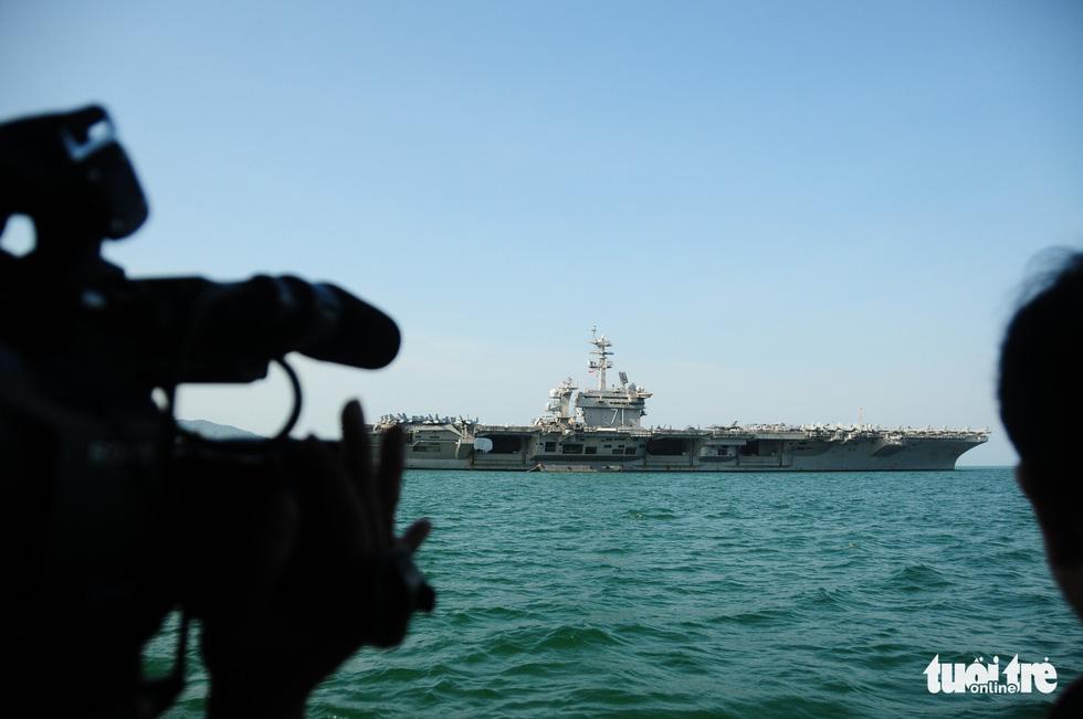 Bên trong tàu sân bay USS Theodore Roosevelt đang neo tại vịnh Đà Nẵng - Ảnh 1.