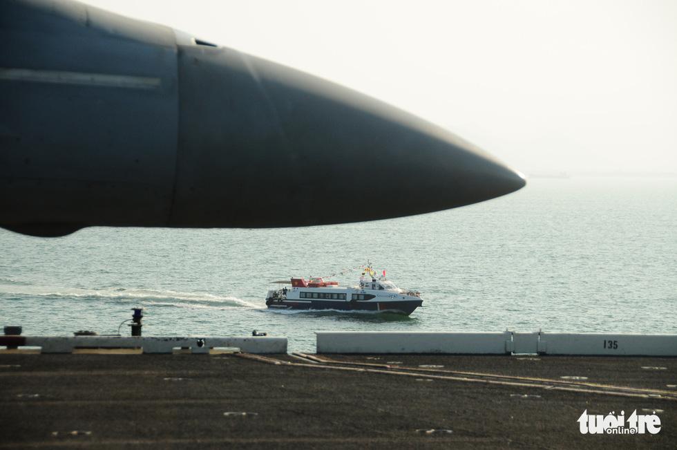 Bên trong tàu sân bay USS Theodore Roosevelt đang neo tại vịnh Đà Nẵng - Ảnh 18.