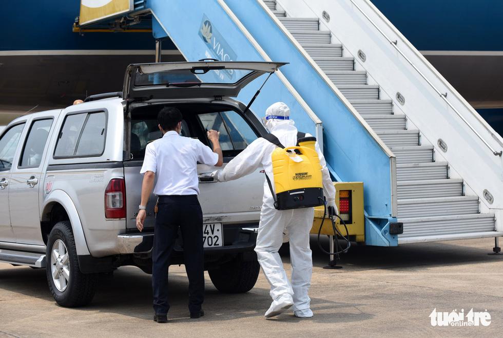 Cận cảnh khử trùng máy bay Vietnam Airlines từ Đài Loan về TP.HCM - Ảnh 3.