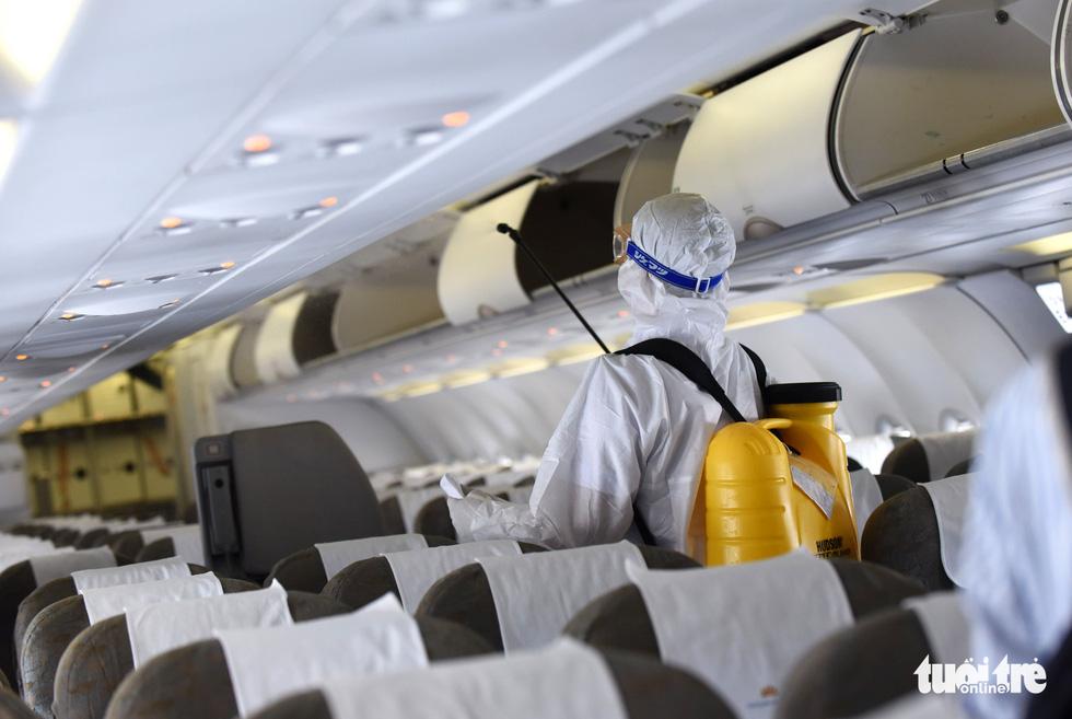 Cận cảnh khử trùng máy bay Vietnam Airlines từ Đài Loan về TP.HCM - Ảnh 6.