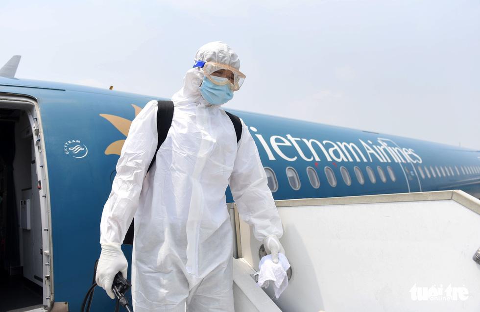 Cận cảnh khử trùng máy bay Vietnam Airlines từ Đài Loan về TP.HCM - Ảnh 9.