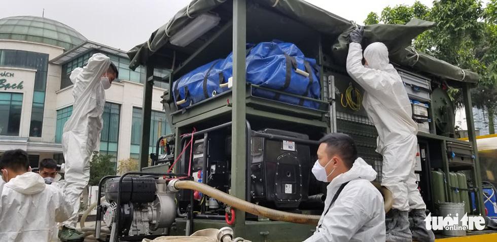 Quân đội triển khai tiêu độc khử trùng khu vực có ca COVID-19 thứ 17 - Ảnh 2.