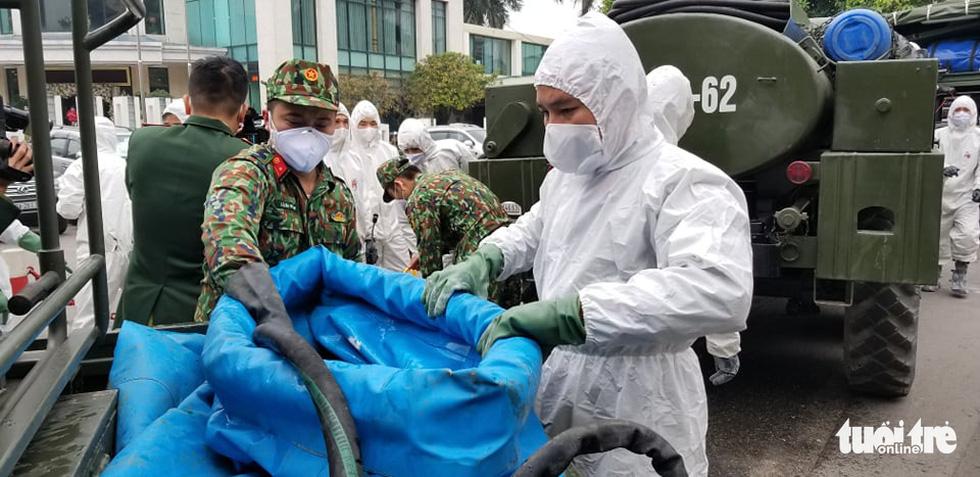 Quân đội triển khai tiêu độc khử trùng khu vực có ca COVID-19 thứ 17 - Ảnh 5.