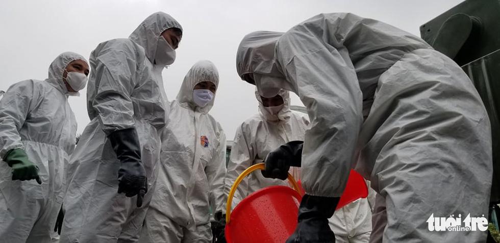 Quân đội triển khai tiêu độc khử trùng khu vực có ca COVID-19 thứ 17 - Ảnh 7.