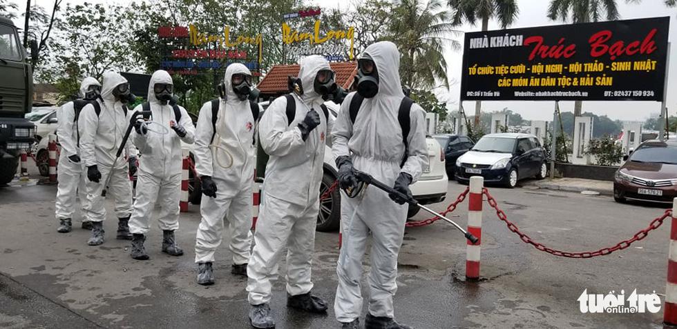 Quân đội triển khai tiêu độc khử trùng khu vực có ca COVID-19 thứ 17 - Ảnh 9.
